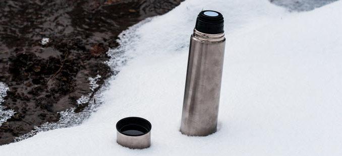 Trinkflasche im Schnee